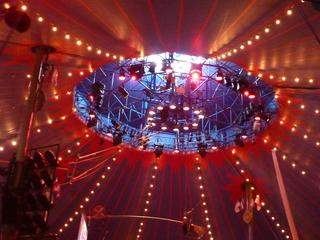 Zirkuszelt Innenansicht - Zirkuszelt, Zelt, Zirkus, Wanderzirkus, Manege frei, Spielstätte, Vorführung, Zeltdach, Rundleinwand, Abspannung, Beleuchtung