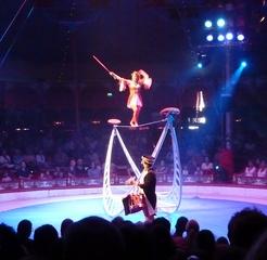 Seiltänzerin #1 - Zirkus, Wanderzirkus, Manege, Spielstätte, Vorführung, Akrobatik, Seil, Luftakrobatik, Steifseil, Balance, Balancefächer, Sprünge, Drehungen