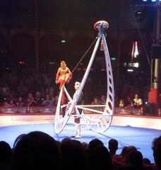 Seiltänzerin #2 - Zirkus, Wanderzirkus, Manege, Spielstätte, Vorführung, Akrobatik, Seil, Luftakrobatik, Steifseil, Balance, Balancefächer, Sprünge, Drehungen