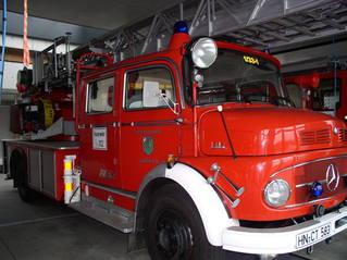 Feuerwehr-Einsatzwagen - Feuerwehr, löschen, Brand, Wasser, Schlauch, helfen, 112, Fuhrpark, Notruf, Einsatz, Drehleiter, rot, Einsatzfahrzeug, Schreibanlass