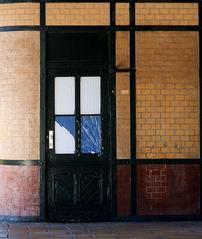 Bahnhofstür - Tür, Tor, Bauwerke, Haustür, offen, Eingang, Ausgang, geschlossen, Gesprächsanlass, Impuls, Entscheidung, entscheiden, Ansicht, Abgrenzung, abstrakt, konkret, Konstruktivismus, Fläche