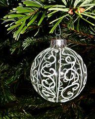 Weihnachtsbaumkugel - Dekoration, Deko, Weihnachtsdeko, Weihnachten, Brauchtum, Tradition, Advent, Weihnachtskugeln, Christbaumkugeln, bunt, Baumschmuck, Kugel, Licht, leuchten, Lichtschein, strahlen, glänzen, glitzern, Glanz, weihnachtlich, Stimmung, besinnlich, Hintergrundbild, Wallpaper