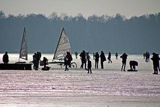 Winterfreizeit - Wintersport, Sport, Spiel, erholen, Erholung, rodeln, Schnee, Eis, rutschen, Winter, See, Jahreszeit, Freizeit, Eislauf, spazieren, laufen, segeln