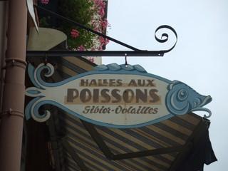 Ausleger eines Fischgeschäftes in Frankreich - Fischgeschäft, Laden, Frankreich, Ladenschild, Schild, Ausleger