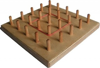 Geobrett - Geobrett, Geometrie, Formen, Symmetrie, Spiegeln, Spiegelachse, Nagelbrett, quadratisch, Gitter, spannen, bespannen, Holz
