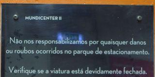 Hinweisschild in einem Parkhaus - responsabilizar, danos, robos, parque de estacionamento, viatura, fechado.