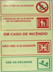Hinweisschild in einem Aufzug #1 - elevador, criancas, acompanhadas, incêndio, escaleras