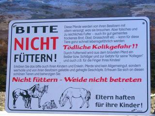 Schild:  Nicht füttern - Pferde, Pferdekoppel, Verbot, Futter, Gefahr, Gesundheit, Kolik