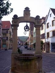 Elsass - Straße mit Brunnen - Elsass, Pflasterstraße, Brunnen, Rolle, feste Rolle, Physik, Kraft