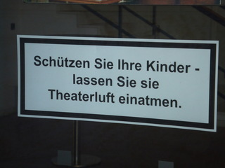 Schild am Theater in Bamberg - Deutsch, Theater, Bamberg, Schild, Warnung, Warnhinweis, Kinder