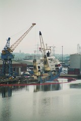 Schiffsuntergang - Schiff, Untergang, Havarie, gesunken, England, Hafen, Hull, sinken, Ölsperre, untergehen, Kran, Unglück, Schreibanlass