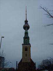 Fernsehturm Berlin mit Marienkirche - Berlin, Fernsehturm, optische Täuschung, verdeckt, Kirche, Marienkirche, Symmetrie, Perspektive