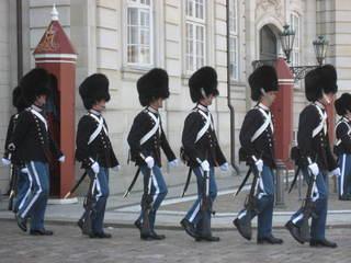 Wachwechsel vor Schloss Amalienburg - Wachsoldaten, Fellmützen, Schlosswache, gehen, marschieren, Gleichschritt