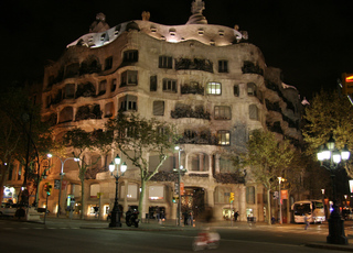 Casa Milá - by night - Gaudí, Barcelona, Modernismo, Pedrera, Schornstein, Kaminöffnungen, Skulptur, Gebäude, Modernismus, Eixample, Modernisme Català, Katalonien, Jugendstil, Art nouveau