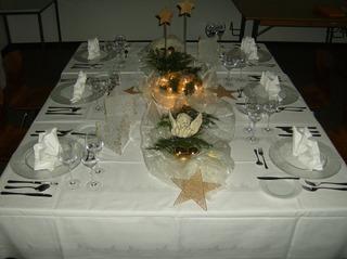 Weihnachtliche Tischdekoration - Tisch, gedeckt, Teller, Besteck, Servietten, weihnachtlich, Organza, Kugeln, Stern, Engel, Windlicht, Tannengrün