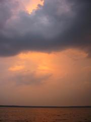 Regenwolke - Regenwolke, Wolke, Wolken, Sonne, Sonnenuntergang, Abendsonne, See, Stimmung, Himmel, Abendrot, Horizont, Horizontlinie