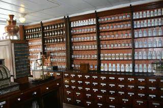 eine alte Apotheke  - Laden, Apotheke, Medizin, alt, historisch, Verkauf, Tresen, Flaschen, Waage, Kasse