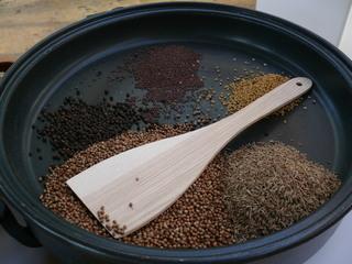 Curry herstellen#1 - Röstpfanne mit Zutaten - Curry, Gewürzmischung, rösten, Curry-Herstellung
