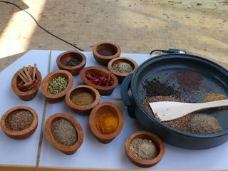 Curry herstellen#2 - Röstpfanne und Gefäße mit den einzelnen Zutaten - Curry, Gewürze, geröstet, gemahlen, Indien, Curry-Herstellung