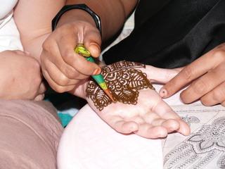 Hennatattoo wird aufgetragen #1 - Henna, Tattoo, Henna-Tattoo, Henna-Malerei, Bemalung, Hautbemalung, Schmuck, Körperschmuck, Körperbemalung, Körpermalerei, Bodypainting, Tuschtätowierung, temporäre Tätowierung, Pflanzenfarbe, Naturfarbe, Indien, Muster, Kunst, Körperkunst, floral