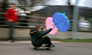 Stürmisches Vergnügen - Kyrill, Skateboard, Jungen, Wind, Orkan, Spaß, Action, Spielen, Jugend, Fun, Abenteuer, Freiburg, Vergnügen, Freude, Schirme
