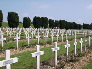 Verdun 2 - Geschichte, 1 Weltkrieg, Schlacht, Westfront, Frankreich, Soldatenfriedhof, Kriegsgräber, Friedhof, Gedenkstätte, Kreuz, Perspektive, Fluchtlinie
