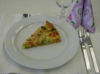 Gemüsequiche #4 - Gemüsequiche, Quiche, vegetarisch, angerichtet, Stück, Teller, Besteck
