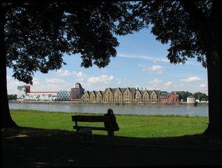 Köln - Speicherstadt - Speicherhäuser, Speicherstadt, Rhein, Fluss, Häuserzeile, Bank