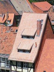 Dach in Quedlinburg - Nonne mit Kalkleiste - Dach, Ziegel, Dachpfannen, Quedlinburg, Steigung, Winkel, Gaube, Dachgaube, steil, Nonne, Mönch, Kalkleiste, Geschichte, UNESCO Weltkulturerbe