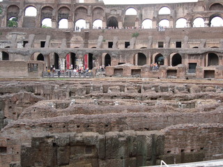 Kolosseum - Italien, Rom, Sehenswürdigkeiten, Wahrzeichen, Römer, Geschichte, Gladiatoren, Amphitheater, Theater, Rundtheater, Ruine, Kolosseum, Colosseum, Geografie, Bauwerk, Antike, Wettkämpfe, Innenraum, Innenansicht