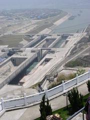 Drei-Schluchten-Damm #2 - Drei-Schluchten-Damm, Jangtsekiang, Talsperre, Staumauer, Staudamm, Flutwasser, Überschwemmung, Energiegewinnung, Schleuse, Energie, Physik, Elektrizität, elektrischer Strom, Kraftwerk, Wasserkraftwerk, Baustelle