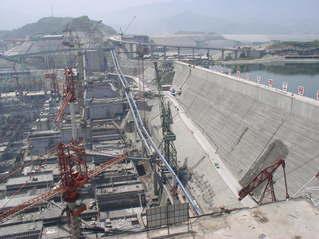 Drei-Schluchten-Damm #4 - Drei-Schluchten-Damm, Jangtsekiang, Talsperre, Staumauer, Staudamm, Flutwasser, Überschwemmung, Energiegewinnung, Energie, Physik, Elektrizität, elektrischer Strom, Kraftwerk, Wasserkraftwerk, Baustelle, Druck, Wasserdruck