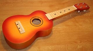 Ukulele in Sunburstlackierung - Ukulele, Kleingitarre, Musik, Saiteninstrument, Hawai, Gitarrenähnlich, Zupfinstrument