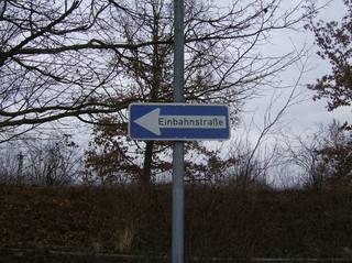 Einbahnstaße - Schild, Verkehrsschild, Einbahnstraße, Verkehrsrichtung, Anzeiger, blau, Pfeil, Fahrtrichtung, Fahrtrichtungsanzeiger, Vorschriftzeichen