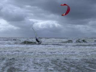 Surfer bei Sturmflut - Surfer, Sturm, Flut, Sturmflut, Wasser, Meer, Wellen, Brandung, Gischt, St.Peter-Ording, Nordsee, Kite-Surfer, Wolken, Horizont, Kontrast