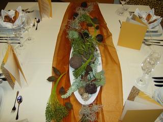 Tischdekoration *Afrika* #2 - Tischdekoration, Afrika, Teller, Besteck, Messer, Gabel, Serviette, Glas, Weinglas, Menükarte, Organza, Blumenschale