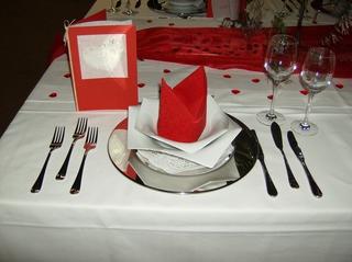 Tischdekoration *Hochzeit* #1 - Tischdekoration, Hochzeit, weiß, rot, Platzteller, Teller, Besteck, Messer, Gabel, Fischbesteck, Serviette, Glas, Weinglas, Menükarte