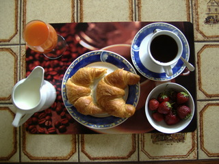 Frühstück - Frühstück, Mahlzeit, essen, Kaffee, Croissant, Milch, Erdbeeren, Saft, Ernährung, Draufsicht, Vogelperspektive