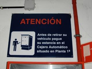 Hinweisschild in einem Parkhaus in Spanien - Parken, Parkhaus, bezahlen, atención, vehículo, Kasse, Auto