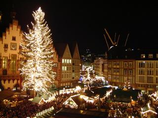 Weihnachtsmarkt in Frankfurt - Frankfurt am Main, Weihnachtsmarkt, Römer, Tanne, Tannenbaum, Weihnachtsbaum, Beleuchtung, Nacht, Christkindlmarkt