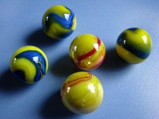 fünf gelbe Murmeln - Murmel, Kugel, Glas, Menge, wenig, viel, gelb, Farbe, farbig, bunt, fünf