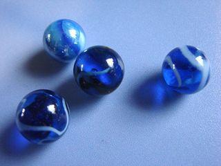 vier blaue Murmeln - Murmel, Kugel, Glas, Menge, wenig, viel, blau, Farbe, farbig, vier
