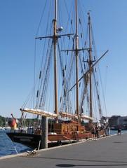 Alte Segelyacht im Flensburger Hafen - Segelyacht, Yacht, segeln, Boot, Schiff, Regatta, Holz, alt, Mast, Dreimaster, Hafen, Amphitrite