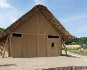 Wikingerhaus in Haithabu - Haithabu, Häuser, Haus, Wikinger, Lehm, Reet, Reetdach, Dach, Tür, Fenster, Pfähle, 9tes Jahrhundert, alt, Architektur
