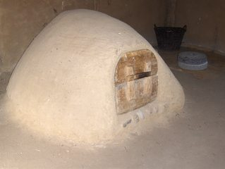 Wikingerhaus in Haithabu: Kuppelofen - Ofen, Kuppelofen, heiß, backen, Brot, Lehm, Tür, Holz