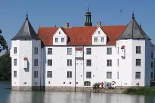 Schloss Glücksburg - Schloss, Glücksburg, Turm, Türme, weiß, schwarz, rot, Teich, Wasser, Herzog, Giebel, Glockenturm, Fahne, symmetrisch, Symmetrie