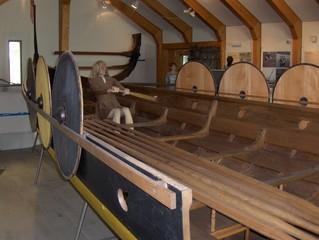 Rekonstruktion eines Wikingerschiffs (Ausschnitt) in Haithabu - Langschiff, Langboot, Wikinger, Haithabu, rudern, Boot, Schiff, Segel, Holz