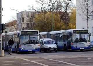 Busse im Verkehr - Verkehr, Busse, Bus, Auto, Radfahrer, Ampel, Straße