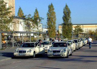 Wartende Taxis vor dem Bahnhof - Verkehr, Taxi, Auto, Pappel, parken