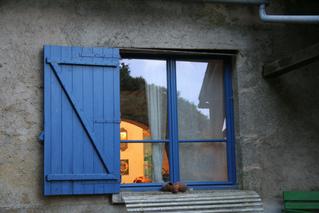 Fenster - Fenster, Scheibe, Fensterscheibe, Laden, blau, Glas, Meditation, Schreibanlass, Kalenderbild, Impressionen, Spiegelung, spiegeln